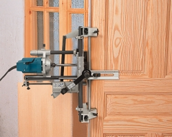 The FC116U incorporates a locking bar, which is fixed to the machine at the height from the ground established for the first mortised door, allowing the mortising of the rest of the doors at the same height without retaking measurements.